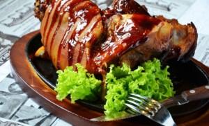 Рулька ароматная свиная, румяно запеченная в духовке
