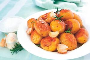 Картошка запеченная с чесноком