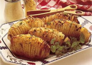 Картофель с чесноком приготовленный в духовке