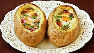Запеченный в духовке картофель с яйцом