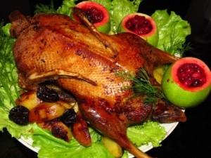 Курица с брусникой в духовке