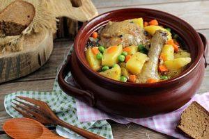 Курица в горшочке в духовке с картошкой