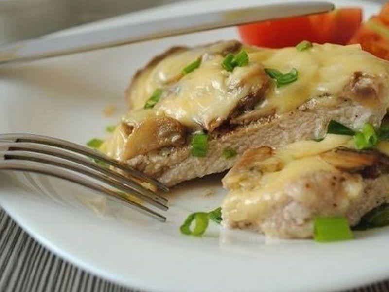 отбивная из свинины с грибами и сыром в духовке