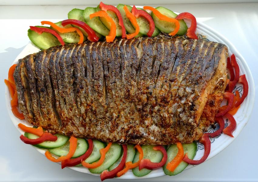 О том, как приготовить сазана, знают многие хозяйки и готовят его довольно часто, ведь сазан практически не содержит костей, а мясо у него очень жирное, нежное, ароматное и вкусное.