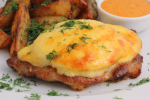 мясо с сыром и ананасами в духовке