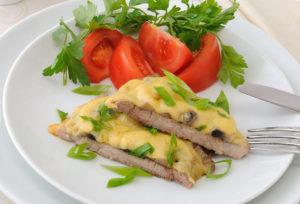 мясо с сыром и помидорами в духовке