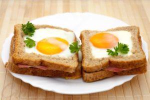 горячие бутерброды в духовке с яйцом