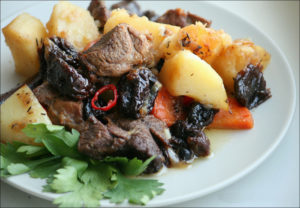 говядина с картошкой и черносливом