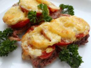 мясо по-французски с помидорами в духовке