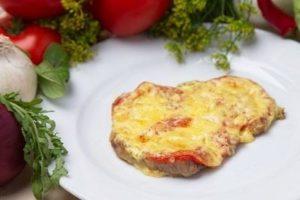 свинина с сыром и помидорами в духовке