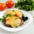 свинина в духовке с сыром и помидорами