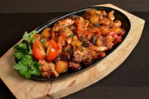 мясо в духовке с картошкой и помидорами