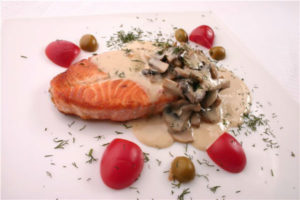лосось в духовке с грибами