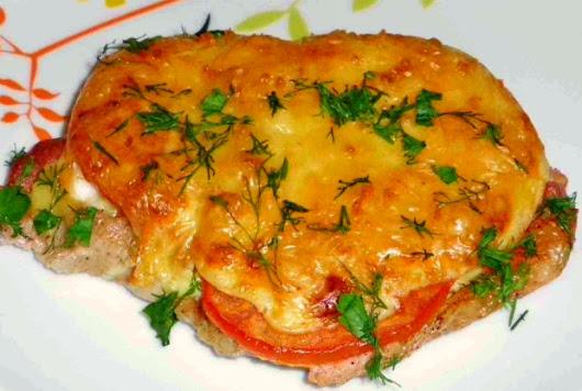 стейк из свинины в духовке рецепт с фото с помидорами и сыром